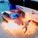 VIDEO | Se incendia taxi con tres pasajeras a bordo; el chofer corrió cuando las llamas le estallaron de frente